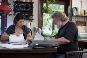 Sigrid und Michael - Kanalarbeit am alten Esstisch
